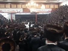Video van de Dag | Woede in New York om deze beelden: massabruiloft in synagoge met duizenden dansende mannen