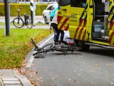 Fietsende moeder zwaargewond na aanrijding, politie vangt kinderen op