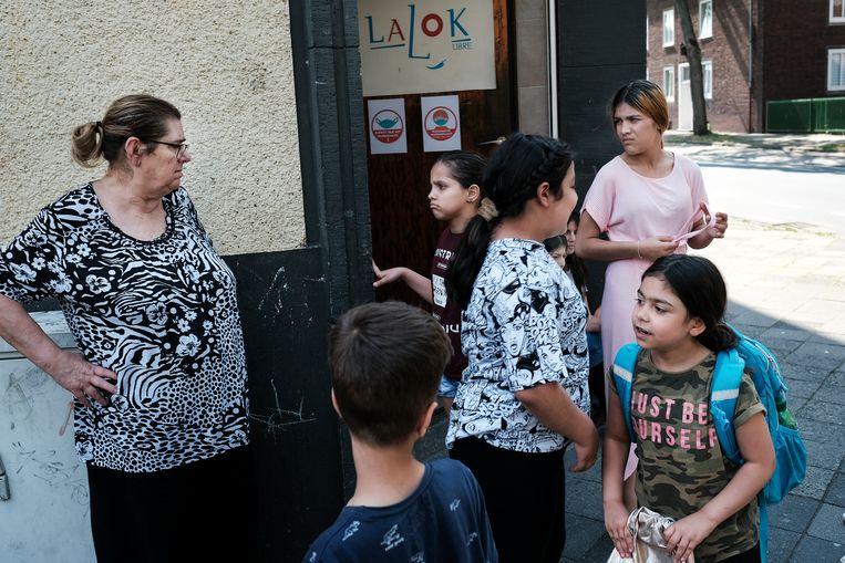 Venetia Harontzas (links) ontfermt zich over de kinderen. Beeld DANIEL ROSENTHAL