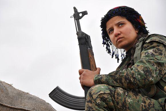 Een Koerdische strijdster van het YPG in de buurt van de Syrisch-Turkse grens. Syrische Koerden hebben meer dan een derde van de dorpen rond Kobane heroverd op IS.