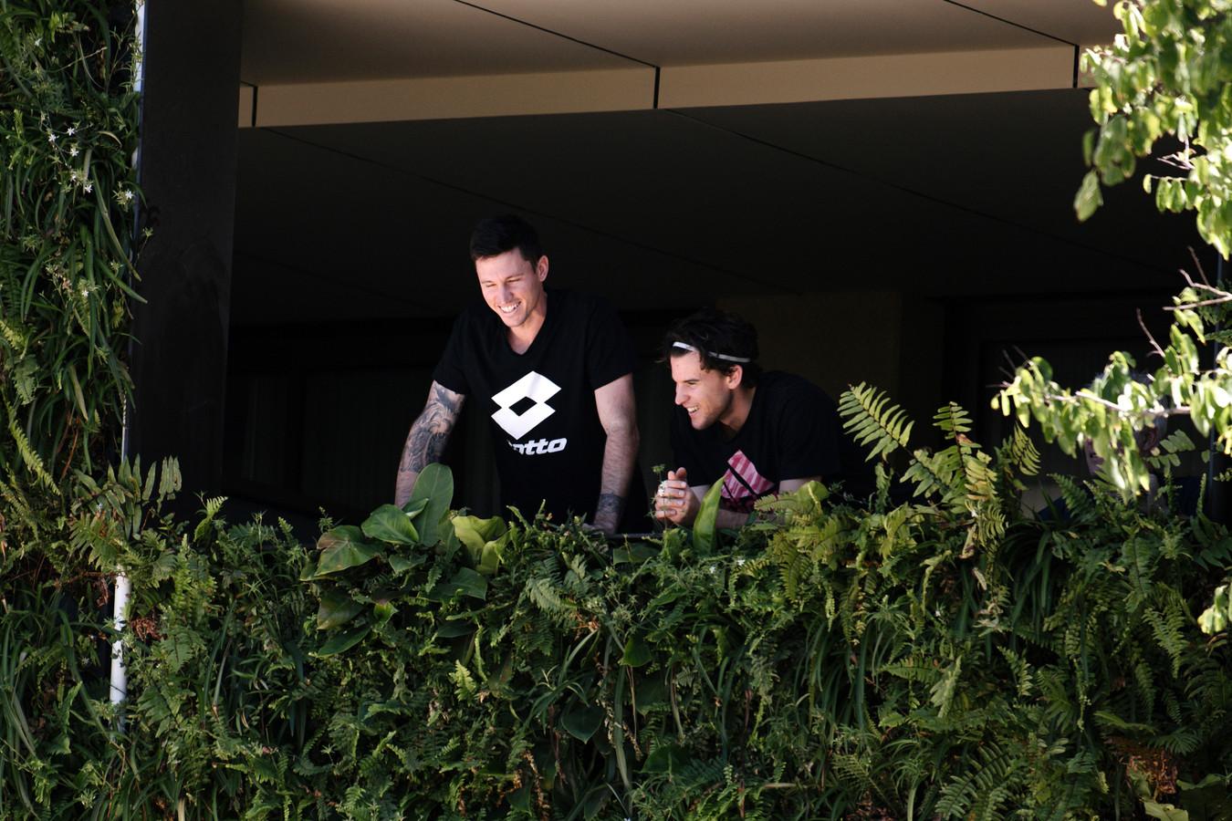 Dominic Thiem, à droite, au balcon de son appartement à Adelaide