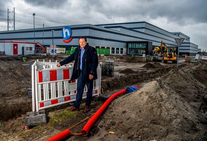 Edwin Klop verkoopt de bedrijfsgrond op Bleizo/Prisma. Op de achtergrond het distributiecentrum van Hoogvliet.