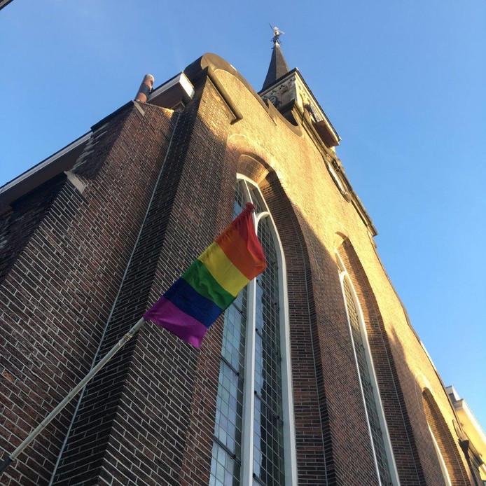 Vanaf de Lutherse Kerk in Delft wappert nu ook de regenboogvlag.