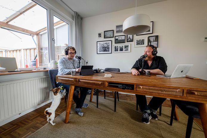 """Guus Blenke (links) en Chuck Sterk hebben een succesvolle podcast over (leven met) ADHD. """"Het moet niet klinken alsof je podcast in de badkamer is opgenomen."""""""