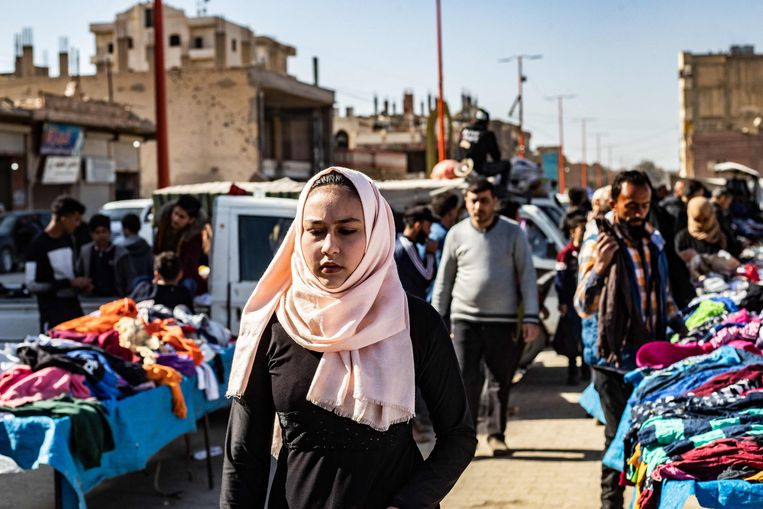 Inwoners van Raqqa op een markt met tweedehands kleding.  Beeld AFP