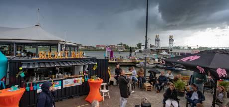 Stortbui 'doopt' pop-up VVV aan de IJsselkade in Kampen
