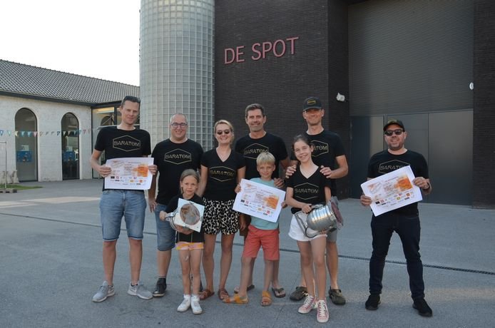 De leden van Baratom aan zaal De Spot in Denderhoutem.