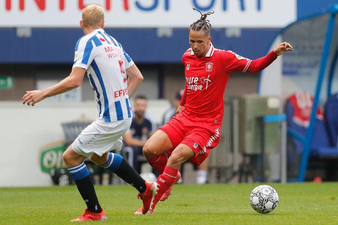 Luca Everink in actie tegen sc Heerenveen.