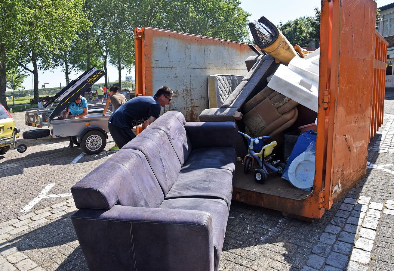Opschoondag vorig jaar met mini-milieustraat op het Minister Lelyplein in Sluiskil.