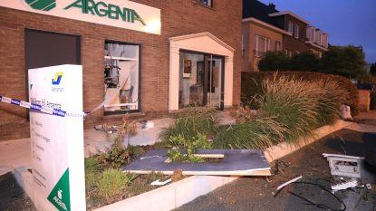 """Plofkraak bij Argentafiliaal in Sint-Niklaas: """"Geldautomaat weggeslingerd tegen geparkeerde auto"""""""
