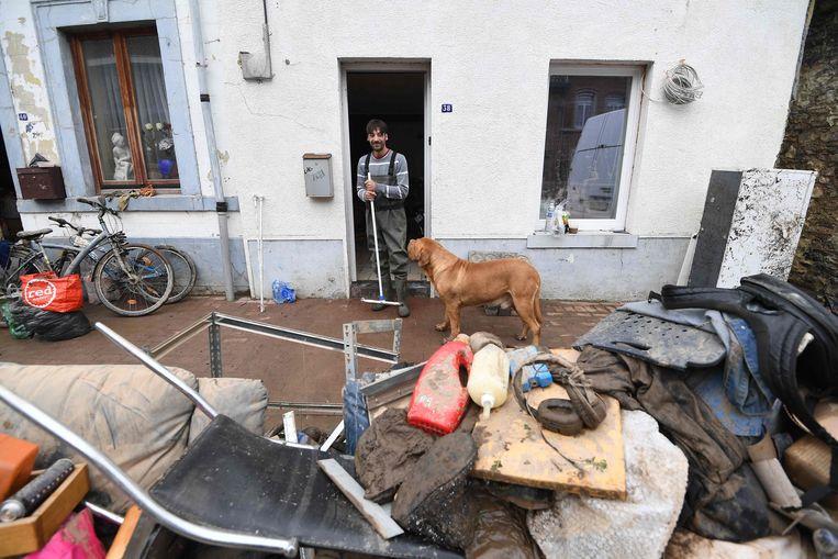 Een inwoner van Trooz ruimt het puin. Beeld AFP