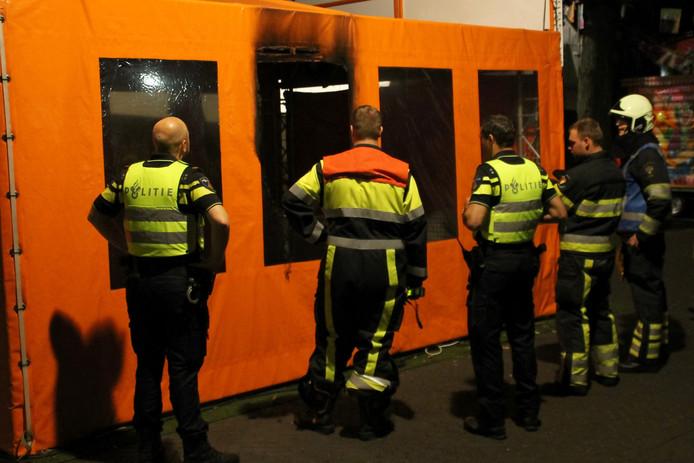Rond 03.00 uur werd de tent van het voetbalspel in brand gestoken.