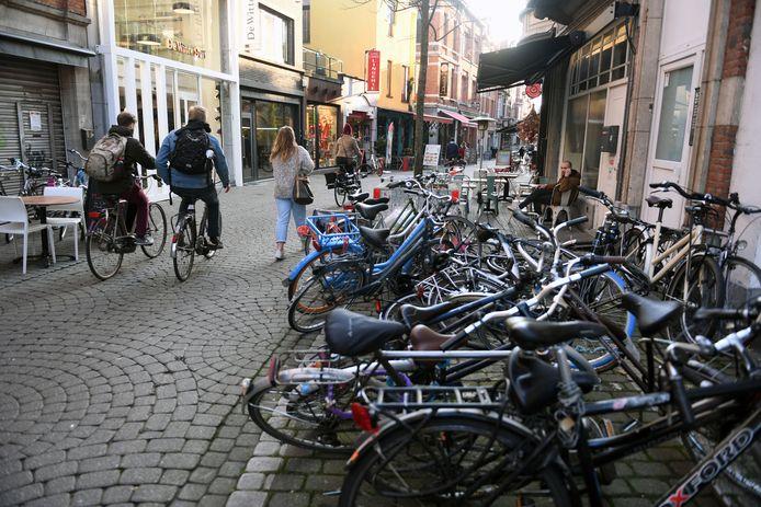 De fietsen staan -of eerder liggen- weliswaar in het parkeervak voor fietsen maar als het markt is moeten ze plaats maken voor de kramen. Vaak is dat een probleem in de Parijsstraat.