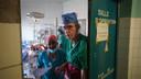 Réginald Moreels aan het werk in Congo tijdens het VIER-programma Topdokters