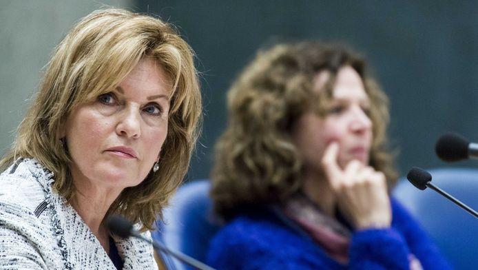 Tweede Kamerlid Pia Dijkstra (D66), die al jaren strijd voor automatische orgaandonatie, met op de achtergrond minister Edith Schippers van Volksgezondheid. Dijkstra pleit voor actieve donorregistratie.