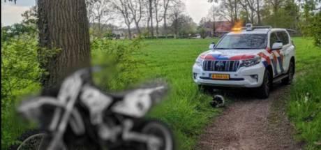 Politie slingert motorcrosser in natuurgebied op de bon na achtervolging
