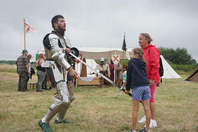 Al meer dan 15 jaar vormt het middeleeuws weekend een vaste waarde op de evenementenkalender van provinciedomein Raversyde. Dit meisje velt een nochtans stoere ridder.