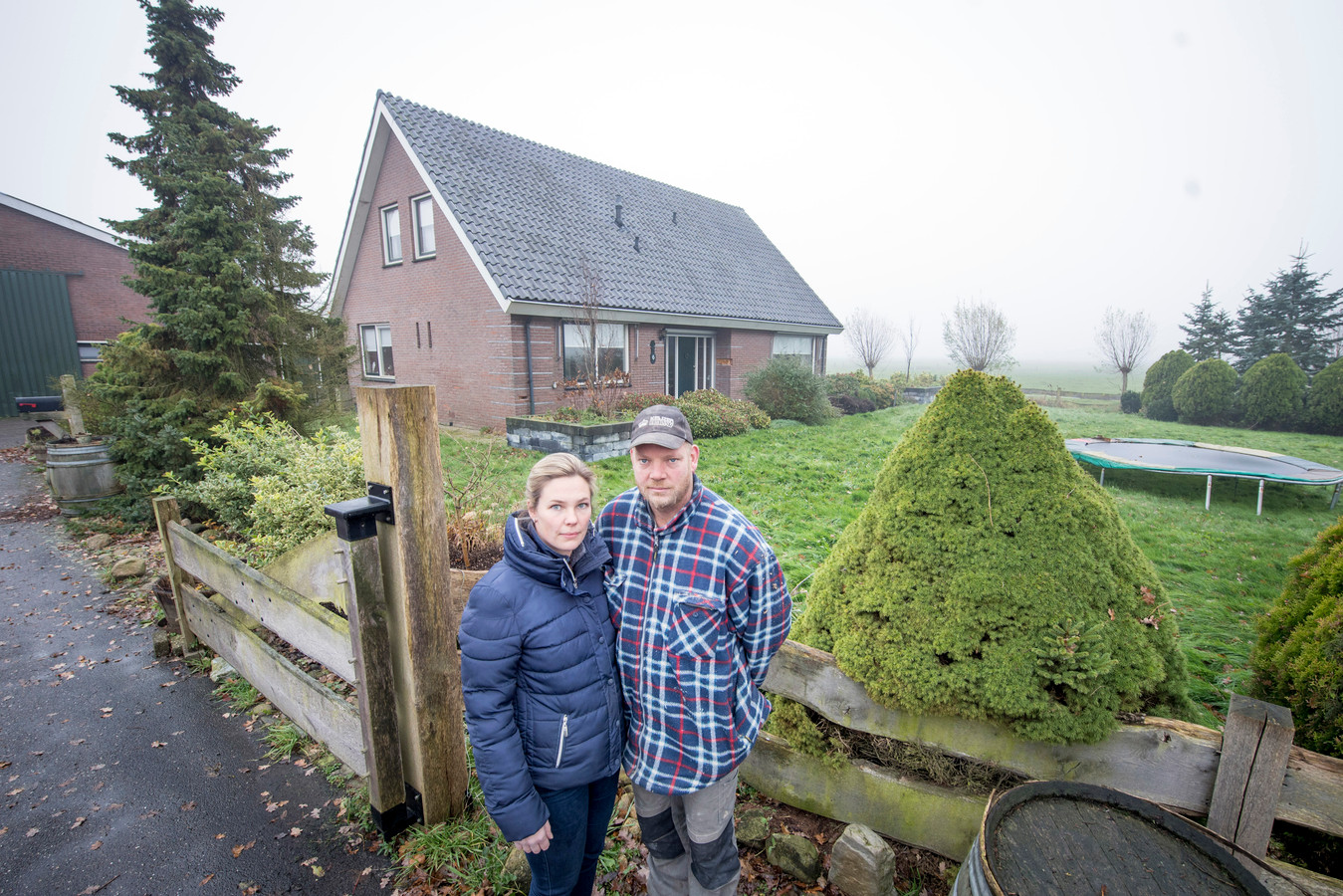 Rick en Frederike Keijzer bij de onbewoonbare woning.