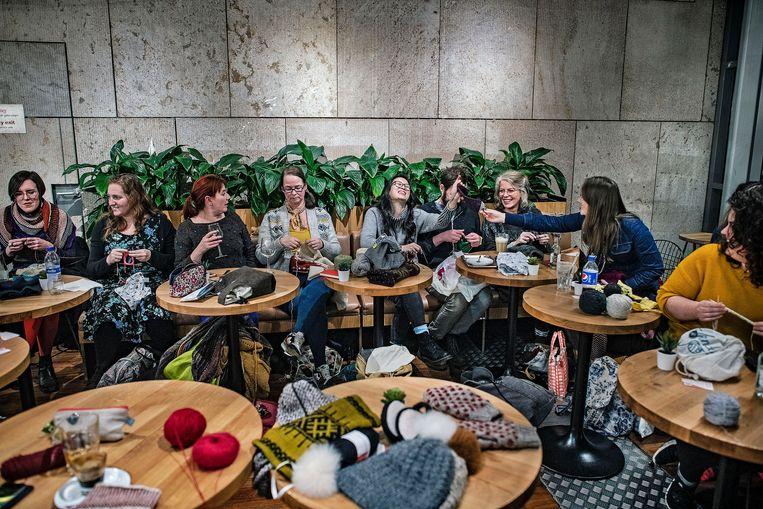 De Knitters of Amsterdam in de openbare bibliotheek van de hoofdstad. Beeld Guus Dubbelman