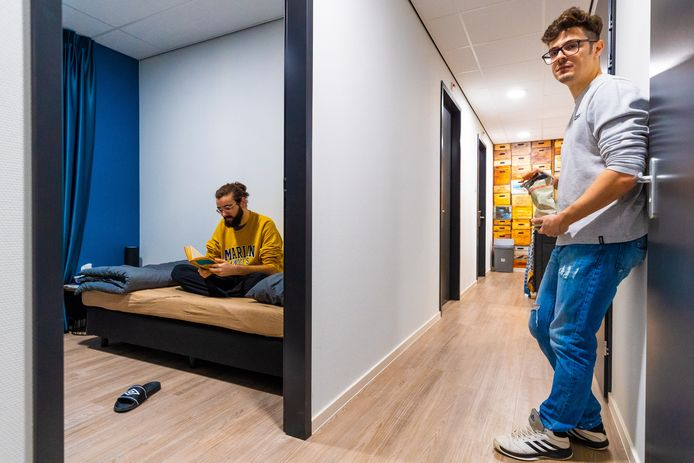 In de pas geopende campus voor arbeidsmigranten in Waalwijk heeft elke bewoner zijn eigen slaapkamer. Zo hoort het in de toekomst overal te zijn, vindt de Tweede Kamer.