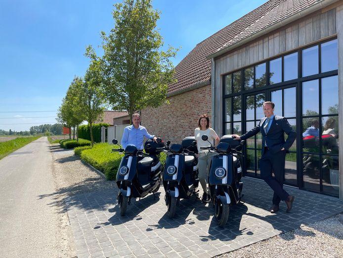 Marie Demuynck tussen Daniel De Vrieze en Dominique Willems van Solvas.