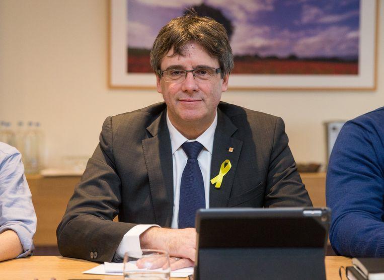 Catalaans leider Carles Puigdemont, tijdens een werkmeeting met Catalaanse afgevaardigden in Brussel. Beeld EPA