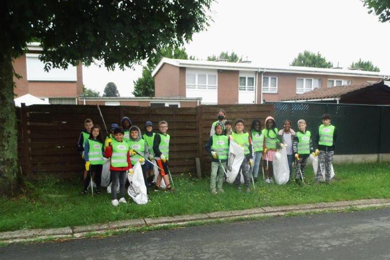 De leerlingen van basisschool De Lettertuin ruimden zwerfvuil in wijk Groeneweg in Ninove.