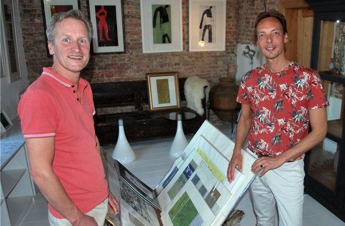 Daniël van Werven (rechts) en zijn man Koos Hulshoff, in hun huis van de kunst in Bad Benthheim.