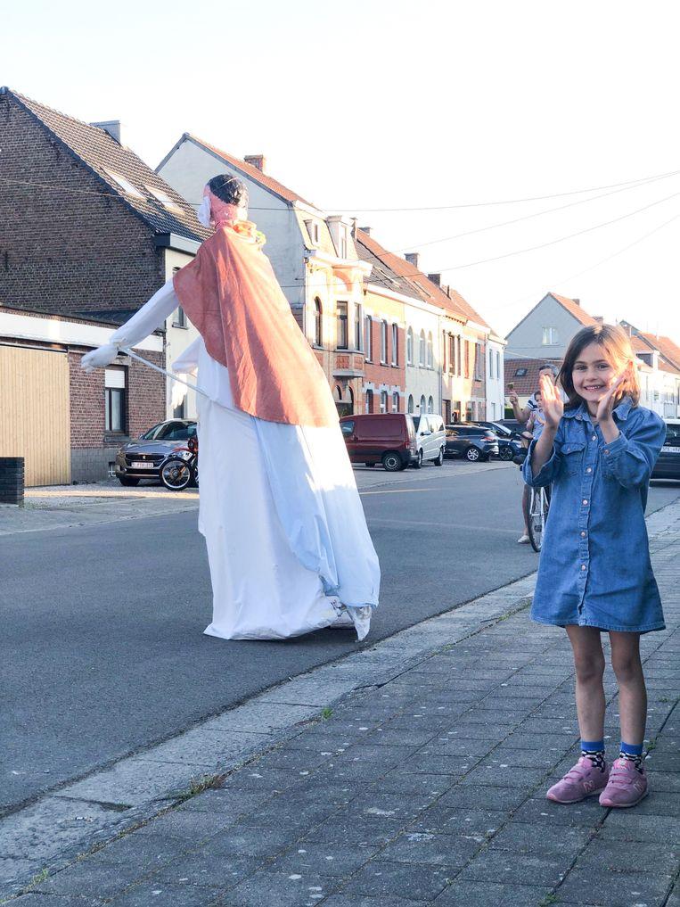 Een ware attractie op het dagelijkse eerbeton in de  Georges Lobertstraat in Leupegem: Arthur zit onder de reus, waarmee hij pasjes doet.