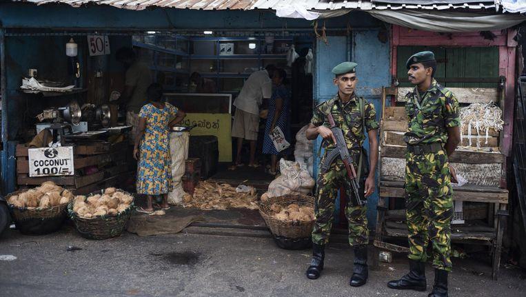 Soldaten bewaken een markt in Colombo, Sri Lanka Beeld anp
