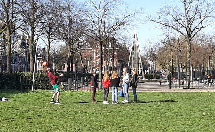 Jongeren hebben moeite om op anderhalve meter van elkaar te blijven tijdens het coronavirus. Zoals hier in het Heemraadspark in Rotterdam-West.