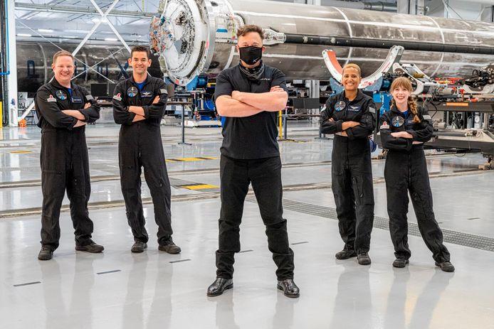 De crew van de Inspiration 4, vlnr Chris Sembroski, Jared Isaacman, Sian Proctor en Hayley Arceneaux. Voor hen staat SpaceX-baas Elon Musk.