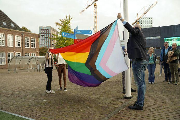 Koning Willem I College geeft regenboogvlag permanente plek op alle onderwijslocaties