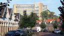 De oude Philips Bedrijfsschool aan de Kastanjelaan/Frederiklaan in Eindhoven torent als vanouds hoog uit boven de buurt Philipsdorp. Nu wel in een nieuw jasje na de ombouw tot 442 appartementen.