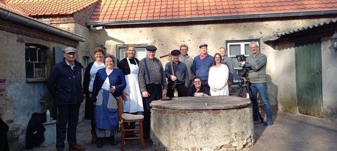 Groep spelers van de films 'Pareltjes uit de geschiedenis van Deurne'
