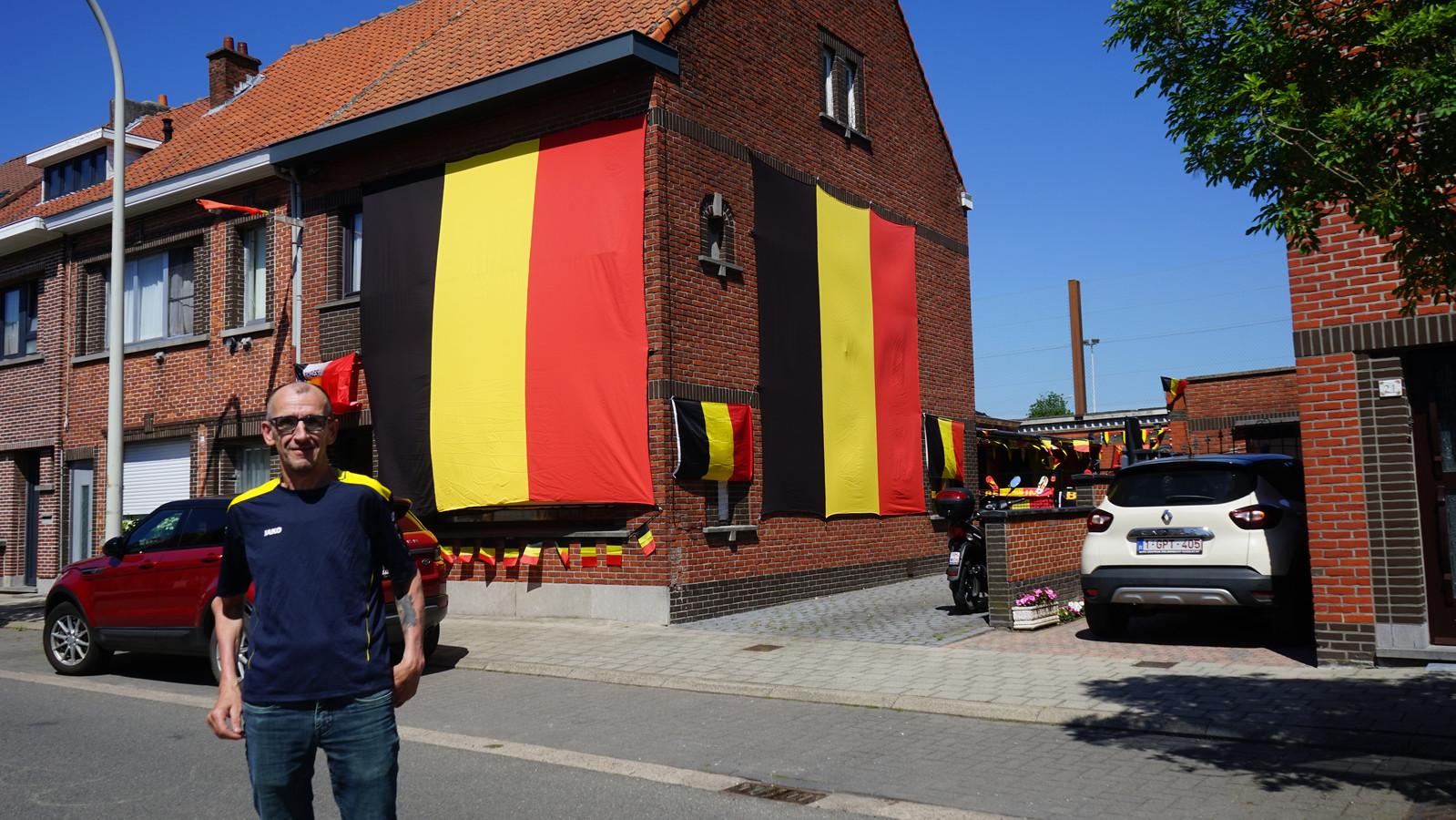 Superfan Patrick Cathoir liet zelf twee vlaggen maken die bijna de hele gevel van zijn huis bedekken.