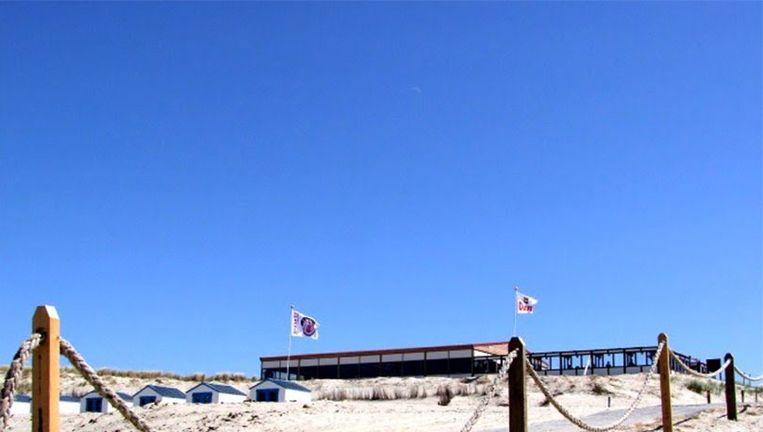 De dode duiker spoelde maandagmorgen aan op het strand ter hoogte van strandpaviljoen Paal 21 bij De Koog. Beeld Strandpaal 21