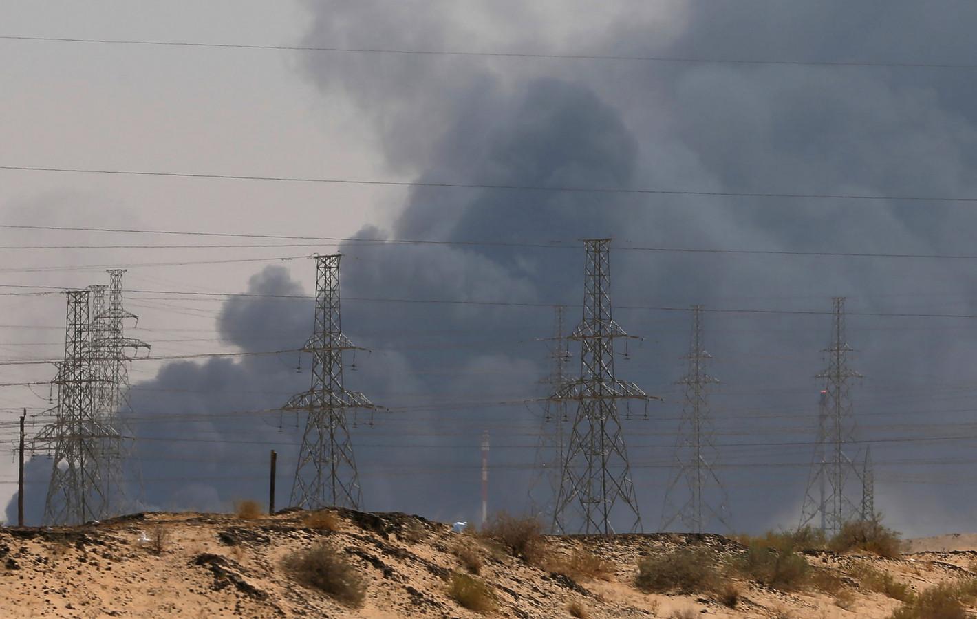 Na de aanval stegen dikke rookpluimen op vanop de olie-installaties.
