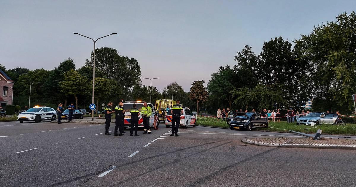 Meerdere autos betrokken bij heftig ongeluk in Nijmeegse wijk Lindenholt.