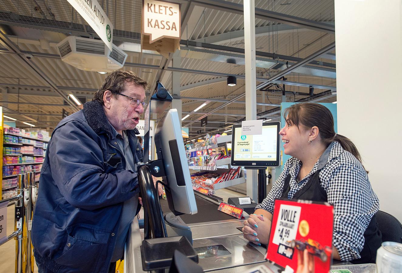 De jumbo introduceert bij heropening de kletskassa. De gepensioneerde Jan Oerlemans uit Hank en caissière Sammy-Jo van Oversteeg weten al hoe het werkt.
