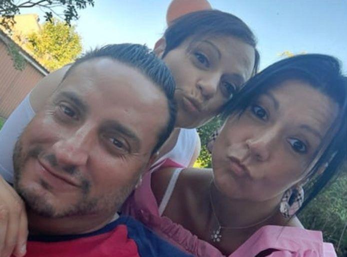 Emidio entouré de ses deux soeurs, Antonella et Assunta. C'est l'une d'entre elles qui a découvert le gérant à son domicile.