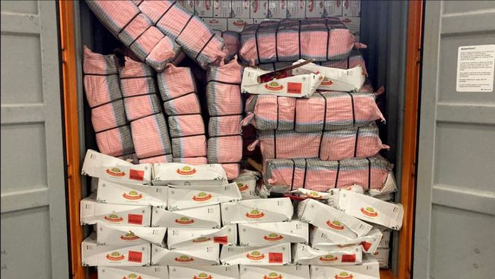 De pakketten met cocaïne tussen de lading chips.
