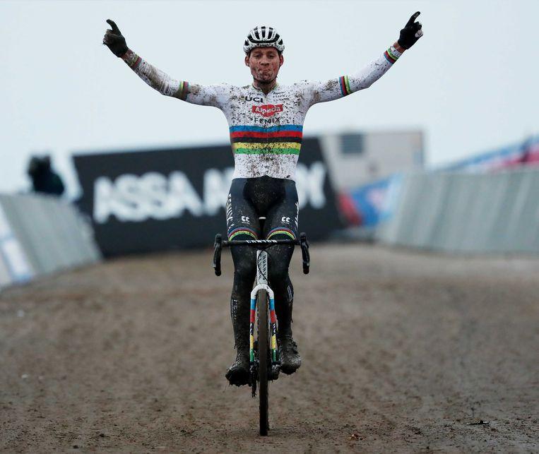 Mathieu van der Poel, hier begin januari in gekende pose bij de wereldbekerwedstrijd in Hulst, hoopt dit weekend zijn abonnement op het regenboogtruitje te verlengen.  Beeld ANP