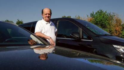 """Taxibaas Roger Moons (69) houdt eer aan zichzelf en legt boeken neer: """"Vijf taxi's, vijf chauffeurs, maar er belt niemand"""""""