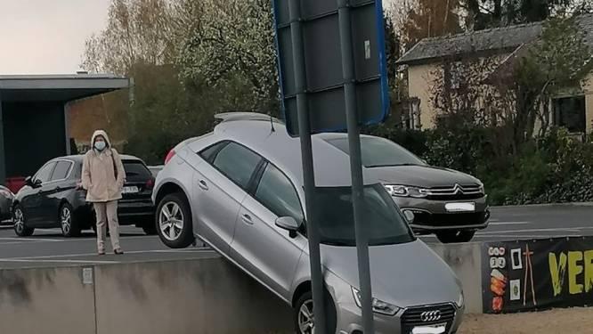 Automobilist rijdt dieperik in bij verlaten warenhuisparking