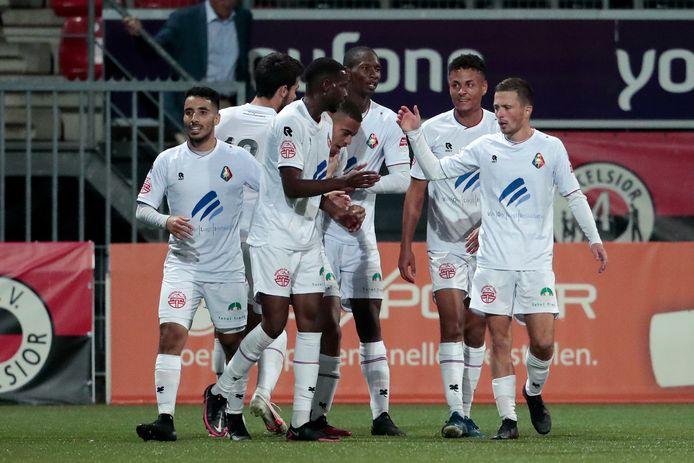 Yael Liesdek wordt gefeliciteerd door zijn ploeggenoten.