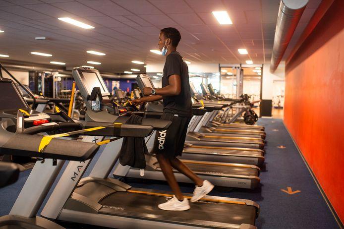 In de cardio-afdeling van fitness NRG in Kapellen geldt een duidelijjk circulatieplan. Manager Sibo Sammels demonstreert hoe vanaf donderdagmiddag de klanten terug kunnen sporten.