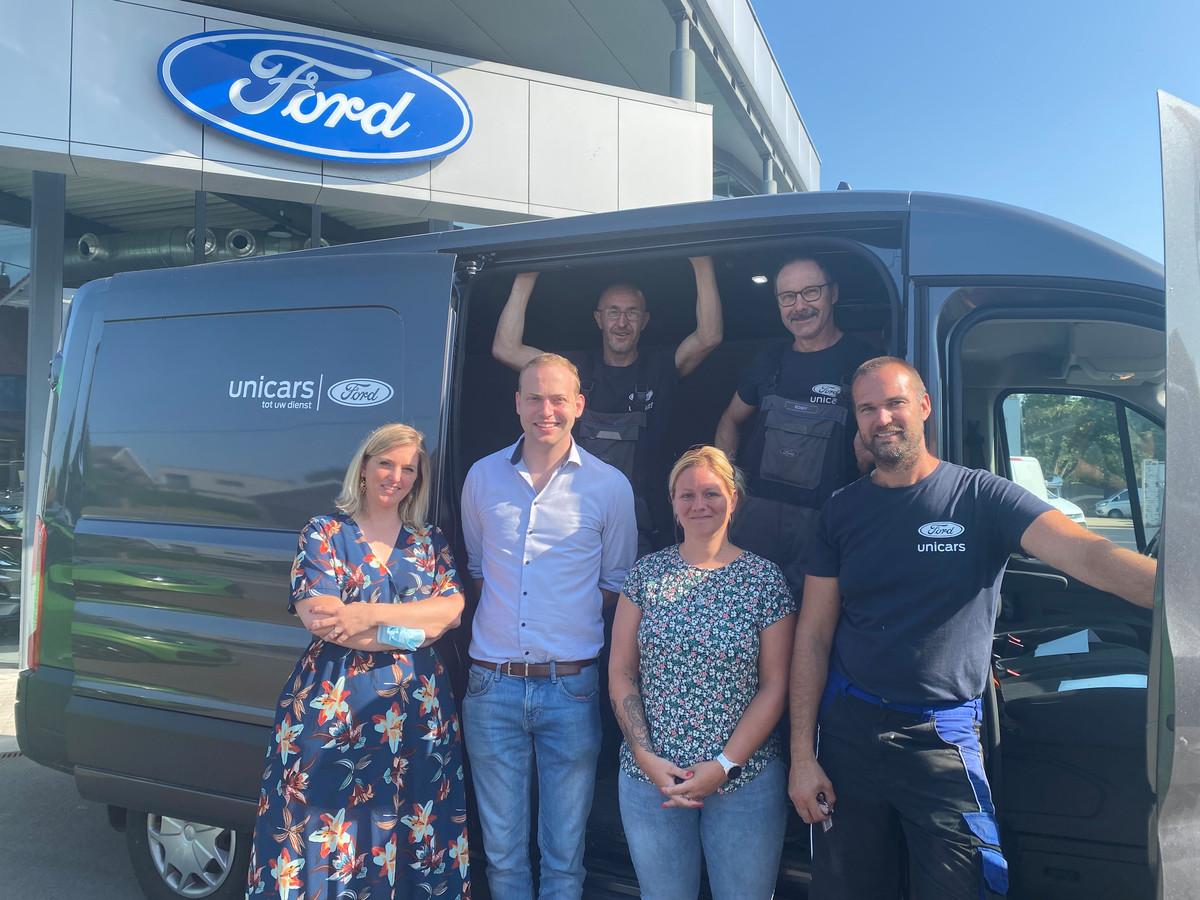 Eveline, Simon, Giovanni, Ronny en Frank van Unicars samen met Pamela (vooraan derde vlnr)