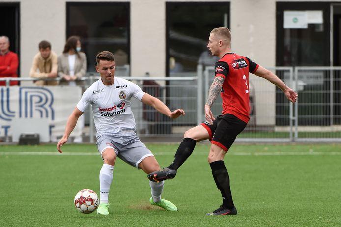 Mandel-speler Lennert De Smul (l.) kan een voorzet van Joey Dujardin (r.) niet verhinderen in de derby tegen Winkel.