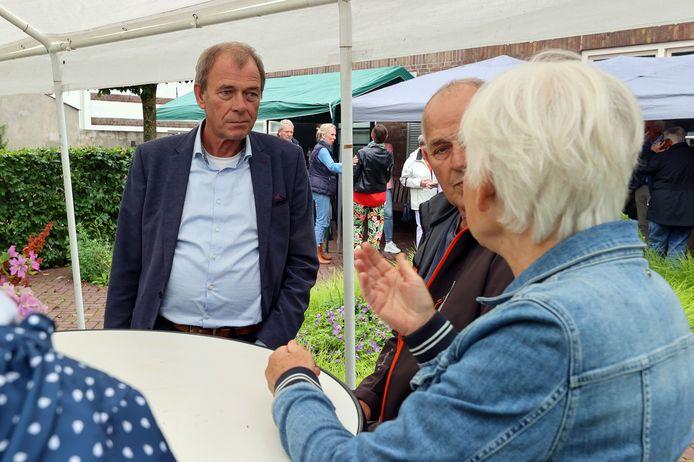 Het 5-jarig jubileum van het Bijna Thuis Huis Oirschot moest noodgedwongen kleinschalig worden gevierd. Voorzitter Jan Koonings in gesprek met vrijwilligers van het hospice.